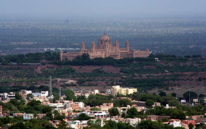 Palacio de Umaid Bhawan al fondo