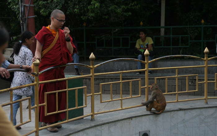 Un tibetano probando suerte con una moneda